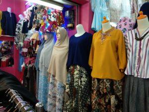 様々な色や模様が見られる道沿いの店舗。