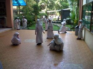 イスラーム学校では、イスラーム法に則った制服が定められています。