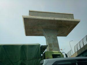 LRT高架の重たそうな柱と梁。