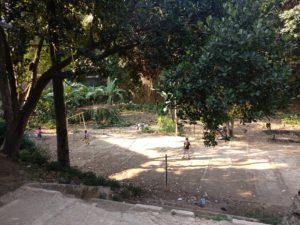 ちゃんと広場もあり、子供たちが遊んでいます。彼ら同士で話す言葉はスンダ語ですが、インドネシア語もちゃんとできるのでご心配なく。