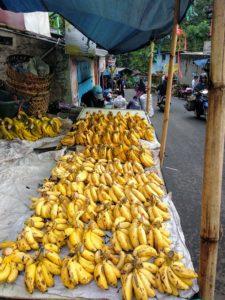 バナナ、グアバ、マンゴーなどが単品で売られていて格安です。